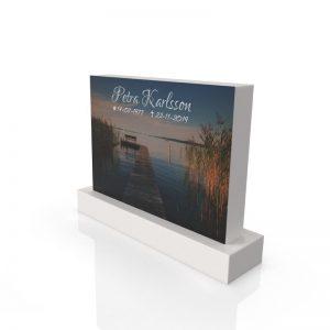 Inspirationsbild på Peaceyard® gravsten modell Alice i färgen Glacier White med standard sockel