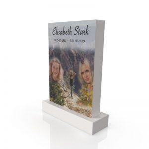Inspirationsbild på Peaceyard® gravsten modell Ada i färgen Glacier White med standard sockel