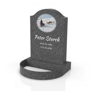 Inspirationsbild på Peaceyard® gravsten modell Cora i färgen Midnight med standard sockel och rund blomlist