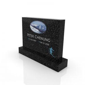 Inspirationsbild på Peaceyard® gravsten modell Alice i färgen Deep Night Sky