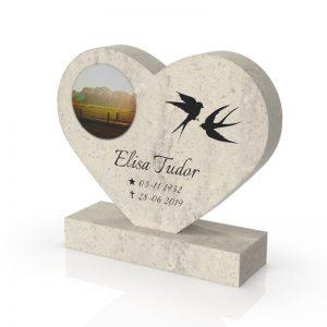 Inspirationsbild på Peaceyard® gravsten modell Maida i färgen Clamshell med standard sockel