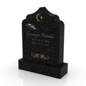 Inspirationsbild på Peaceyard® gravsten modell Arwa i färgen Deep Night Sky med standard sockel