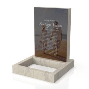 Inspirationsbild på Peaceyard® gravsten modell Ada i färgen Clamshell med standard sockel och fyrkantig blomlist