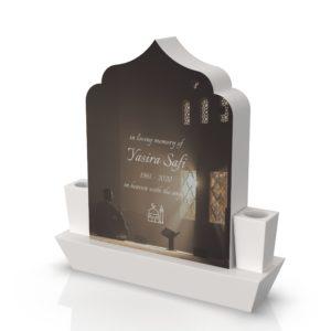 Inspirationsbild på Peaceyard® gravsten modell Arwa i färgen Glacier White med vinklad sockel och fyrkantiga vaser