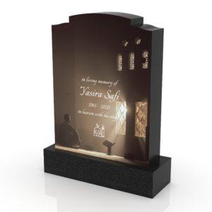Inspirationsbild på Peaceyard® gravsten modell Maira i färgen Deep Night Sky med standard sockel