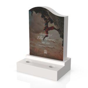 Inspirationsbild på Peaceyard® gravsten modell Maisie i färgen Glacier White med Vas sockel med steg