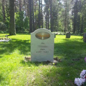 picture of installed peaceyard gravestone, model cora in clamshell color