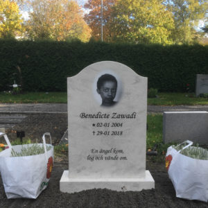 picture of installed peaceyard gravestone, model cora in clamshell color with standard base