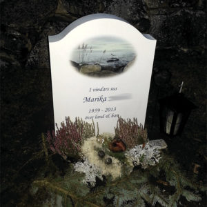 picture of installed peaceyard gravestone, model cora in glacier white color