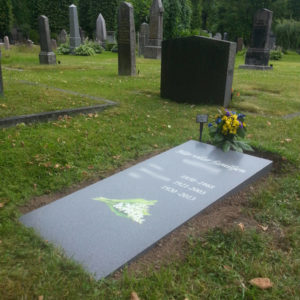 picture of installed peaceyard horizontal gravestone, custom model flora in midnight color