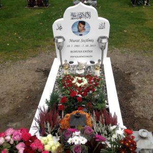 picture of installed peaceyard upright gravestone, model arwa in glacier white color with customer graphics