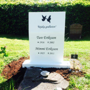 picture of installed peaceyard upright gravestone, model kitty in glacier white color with customer graphics