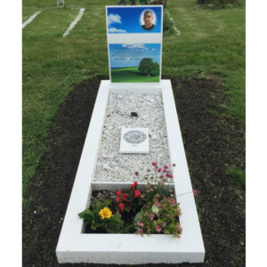 picture of installed peaceyard upright gravestone, model kitty in glacier white material with customer graphics