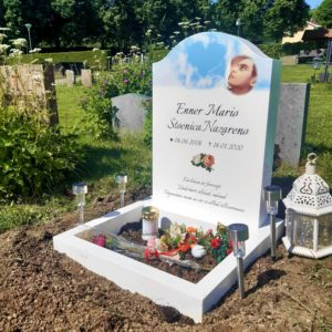 picture of installed peaceyard upright gravestone, Cora in glacier white material with customer graphics