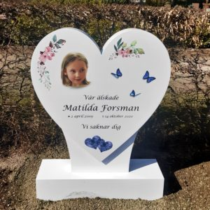 picture of installed peaceyard upright gravestone, custom heart in designer white material with customer graphics
