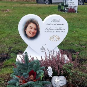 picture of installed peaceyard upright gravestone, model melody in glacier white material with customer graphics