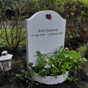 picture of installed peaceyard upright gravestone, Cora in Everest material with customer graphics