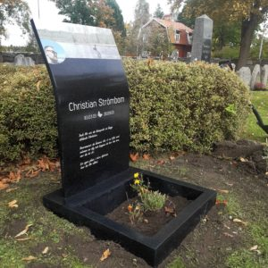 picture of installed peaceyard upright gravestone, Kitty in Night Sky material with customer graphics